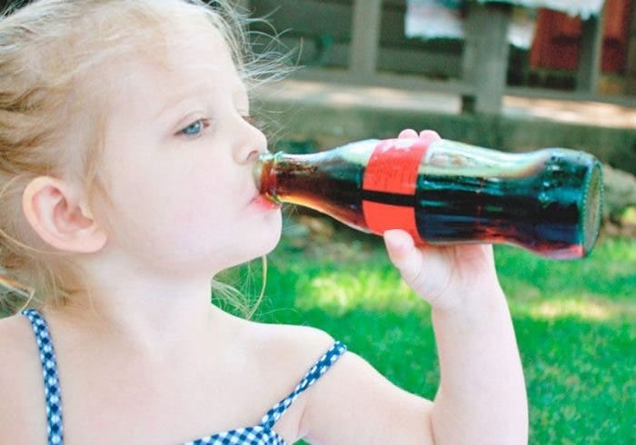 El consumo de bebidas azucaradas durante la lactancia afecta el desarrollo del bebé