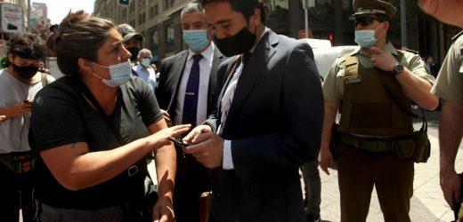 """Ministro de Hacienda tras ser abordado en las calles de Santiago: """"no le tengo miedo a la calle"""""""